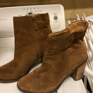 Very cute suede boots!